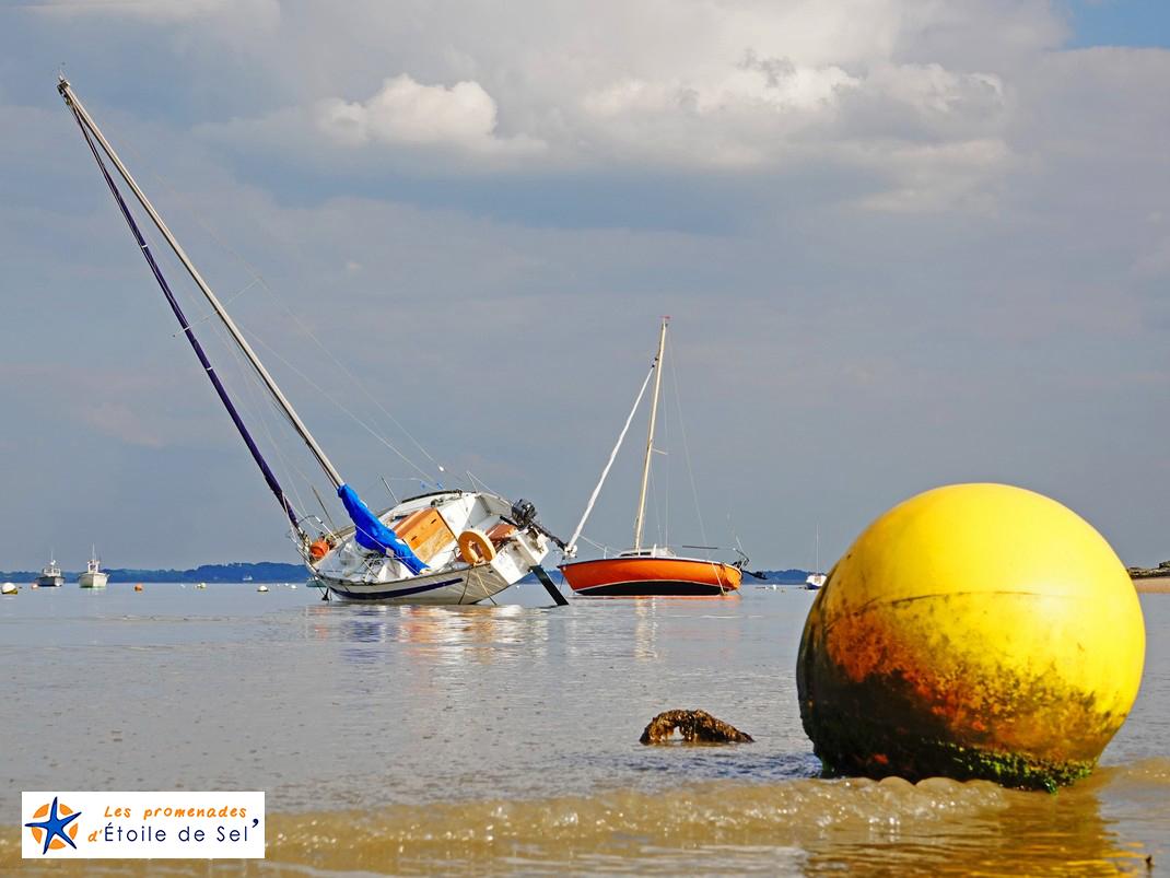 Bateaux à marée basse dans la baie de Kervoyal à damgan morbihan
